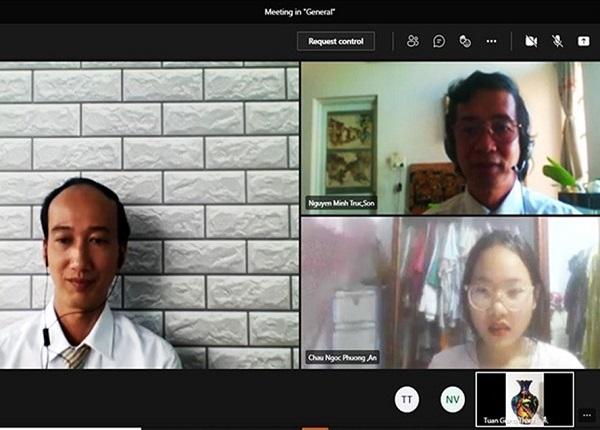 Thí sinh tham dự thi năng khiếu Mỹ thuật trả lời phỏng vấn trước Hội đồng thi tuyển sinh Trường Đại học Quốc tế Hồng Bàng. Ảnh: HIU